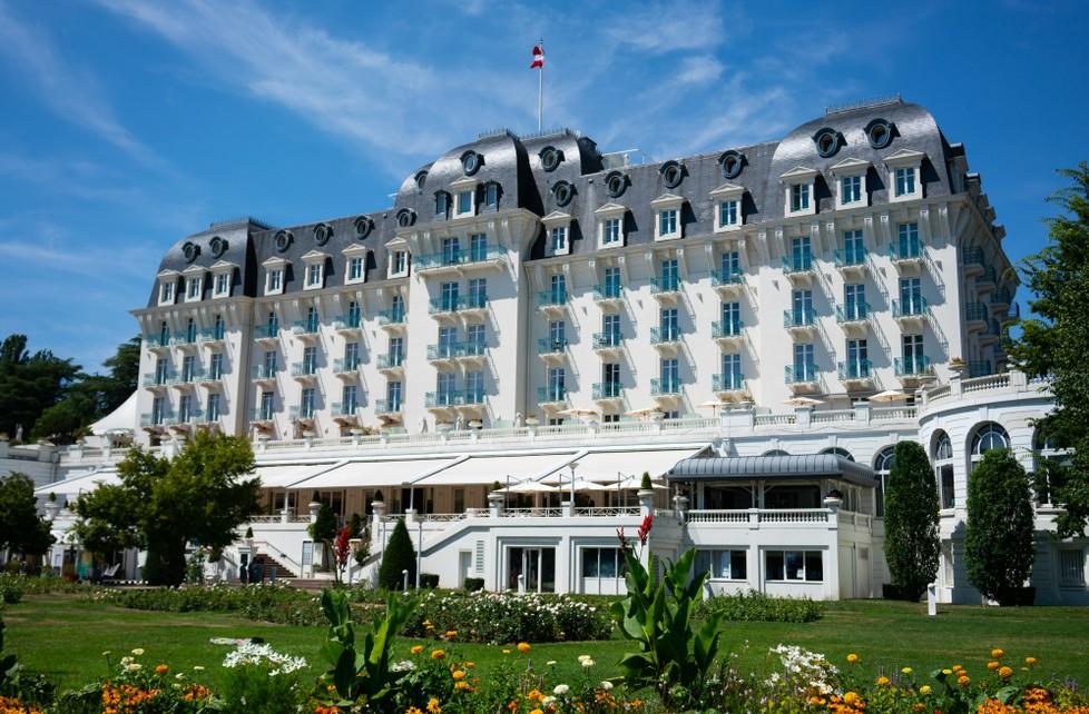 """Wer wird da noch eine Wohnung mieten wollen?  Das 4-Sterne Hotel """"Impérial Palace"""" in Annecy (Hoch-Savoyen) wurde im Jahr 1913 errichtet. Das  Casino- und Tagungshotel aus der Belle Époque bietet Blick auf den Lac d'Annecy und offeriert Zimmer für um die 160 Euro.  Annecy bietet auch Hotelzimmer für nen schmalen Taler. Ab 43 Euro ist eine Übernachtung möglich. Natürlich nicht im  """"Impérial Palace"""".  (#3)"""