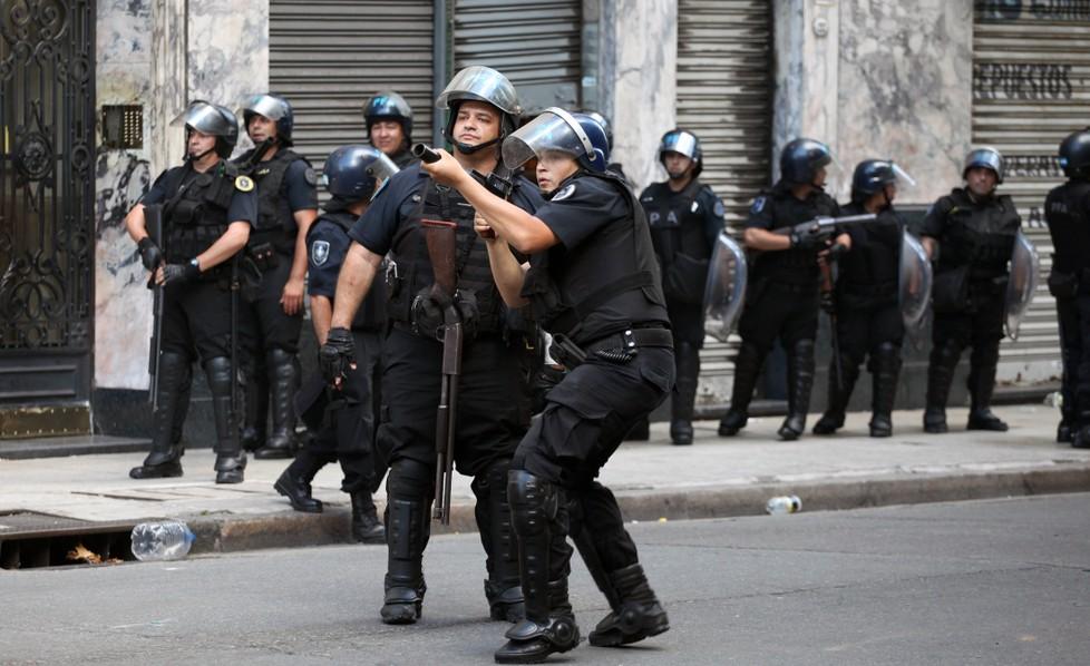 Die Polizei Argentiniens geht mit brutaler Härte gegen die eigene  Bevölkerung vor, wie hier in Buenos Aires. (#1)
