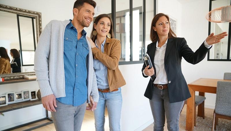 In Deutschland bedarf der Hauskauf immer eines Kaufvertrages, der vom Notar beurkundet wird. Außerdem müssen die Eigentumsverhältnisse im Grundbuch aktualisiert werden. Deswegen kann man hierzulande auch keine Immobilien per Mausklick kaufen wie andere Produkte.