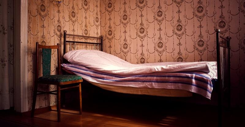 Neue Möbel kaufen? Unnötig, es werden einfach die Erbstücke der Großmutter oder Tante aufgearbeitet und passen damit hervorragend in den minimalistischen Landhausstil.