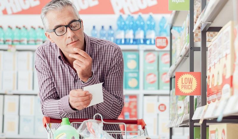 Wer sich die Sonderangebote im Supermarkt anschaut, sollte darauf aufbauend seine Mahlzeiten planen.