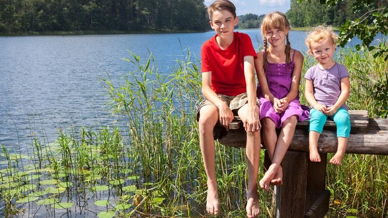 Ein Kind kann durchaus die Kleidungsstücke des größeren Geschwisterkindes auftragen!
