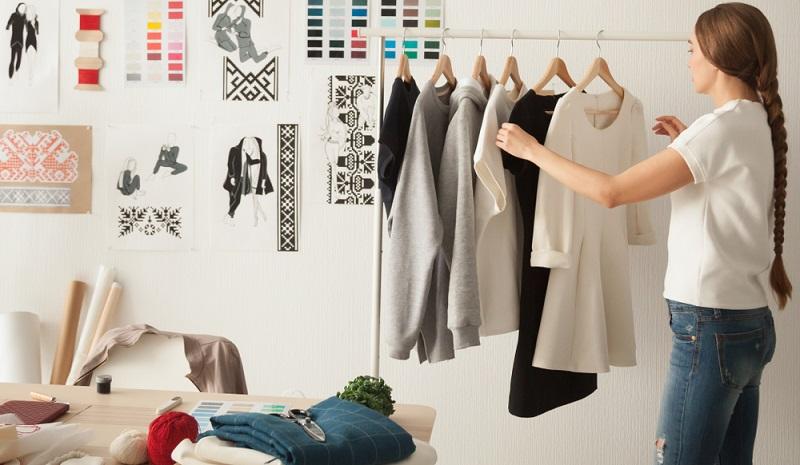 Es ist besser, selbst nähen zu lernen und die Teile selbst zu reparieren, anstatt Geld für neue Kleidung auszugeben.