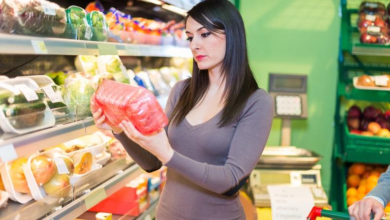 Supermärkte reduzieren die Lebensmittel, die fast das Haltbarkeitsdatum erreicht haben.