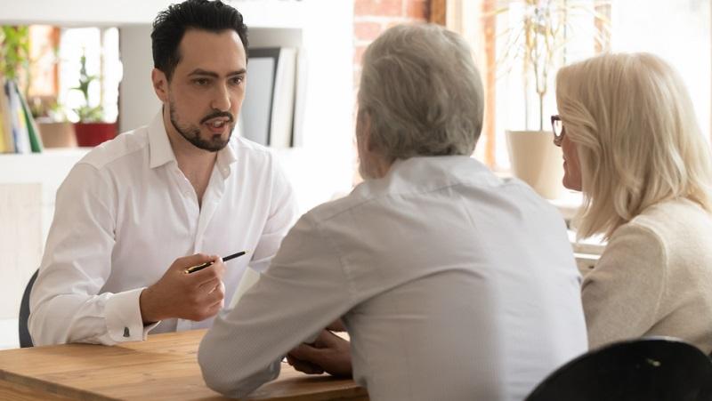 Im Darlehensvertrag sind bestimmte Rechte und Pflichten für beide beteiligten Seiten festgelegt. Wenn nun der Kreditnehmer gegen seine Pflichten verstößt, ist die Bank zur Kreditkündigung berechtigt.