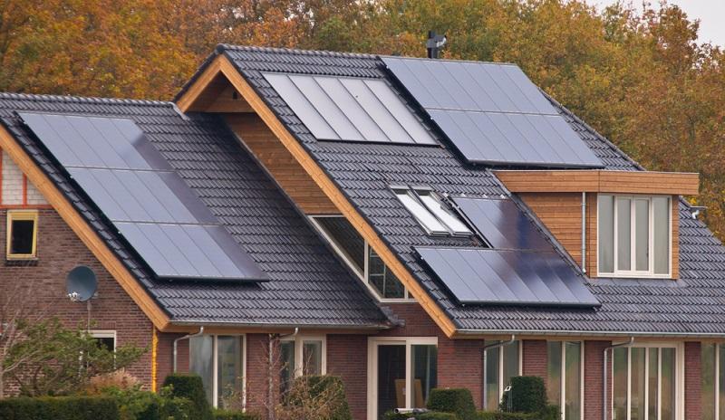 Die eigene Solaranlage auf dem Dach, ist eine tolle Sache, sie produziert bei schönem Wetter Energie und das ganz einfach mit der Kraft der Sonne. ( Foto: Shutterstock- _Rudmer Zwerver )