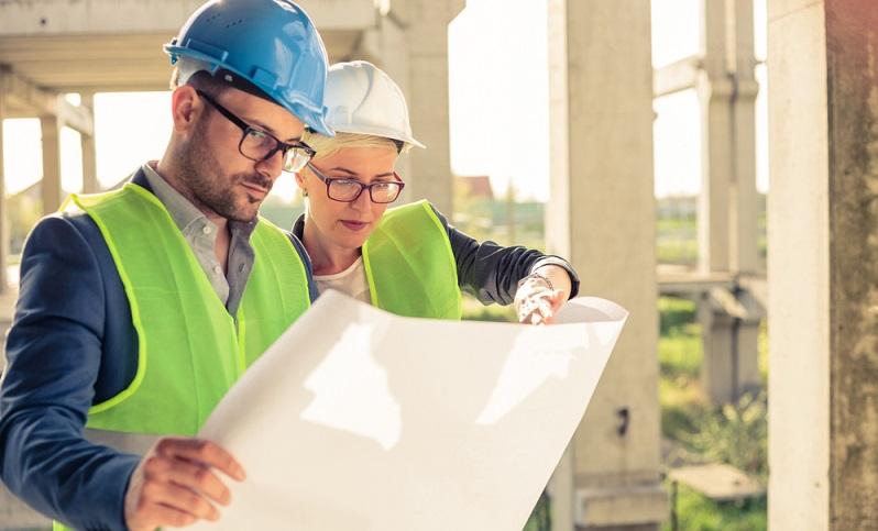 Fertighäuser werden oft als Bausatzhaus oder als Ausbauhaus geplant, um mit der <strong>Muskelhypothek</strong> die Baukosten zu reduzieren. Leider überschätzen Bauherren häufig die <strong>eigene Belastbarkeit</strong> und unterschätzen den zeitlichen Aufwand für die verschiedenen Gewerke. ( Foto: Shutterstock- Gligatron )