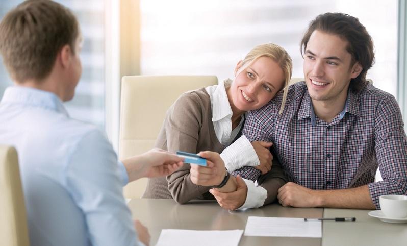Der Schufa-Score ist die wichtigste <strong>Basis für die Kreditvergabe</strong>. Daher ist es auch für die Personen, die ihre Daten kontrollieren möchten, ganz besonders wichtig zu wissen, wie sich dieser zusammensetzt.  ( Foto: Shutterstock-fizkes)
