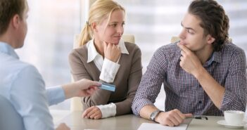Was ist ein guter Zinssatz für einen Kredit? So vergleicht man richtig und spart bares Geld! ( Foto: Shutterstock-_fizkes )